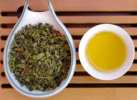 Cần kết hợp xông vùng kín và sắc nước lá ngải cứu để uống giúp trị nấm phụ khoa triệt để
