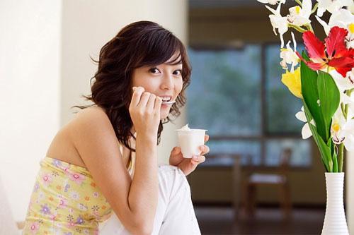 Mỗi ngày nên ăn thêm 1-2 hũ sữa chua không đường giúp hỗ trợ điều trị và phòng nấm phụ khoa hiệu quả