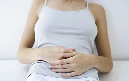 Khí hư màu vàng/xám kèm đau bụng dưới có thể do viêm cổ tử cung