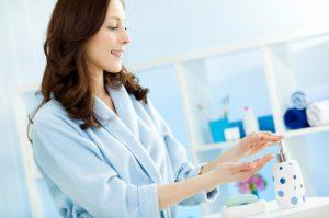 Vệ sinh vùng kín hàng ngày sẽ giúp hạn chế nguy cơ mắc bệnh viêm cổ tử cung