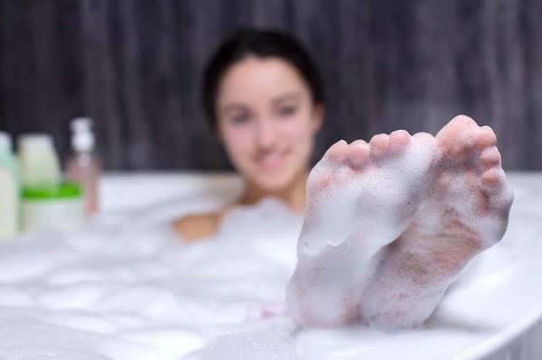 Thay vì tắm bồn hãy tắm bằng vòi hoa sen sẽ tốt hơn cho chị em