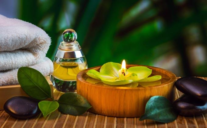 Thêm vài giọt tinh dầu trà vào nước tắm cũng giúp làm dịu cảm giác ngứa ngáy vùng kín cho mẹ bầu
