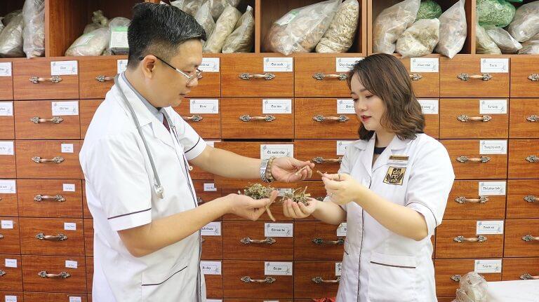 Lương y Đỗ Minh Tuấn cùng Bác sĩ Ngô Thị Hằng nghiên cứu và phát triển bài thuốc