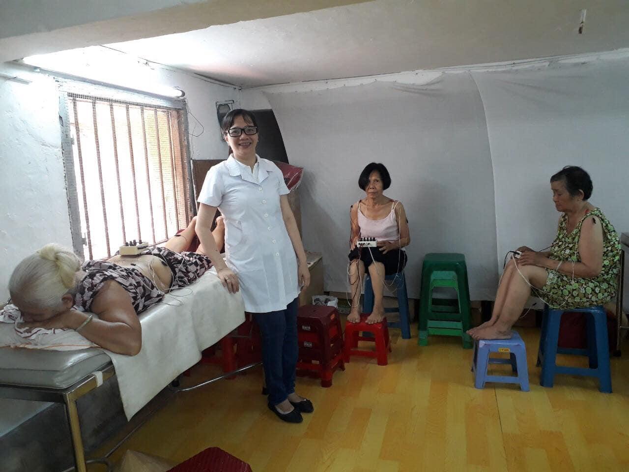 Bác sĩ Nguyễn Khương Thụy tham gia khám chữa bệnh từ thiện cho bệnh nhân tại Đông y Quận 5